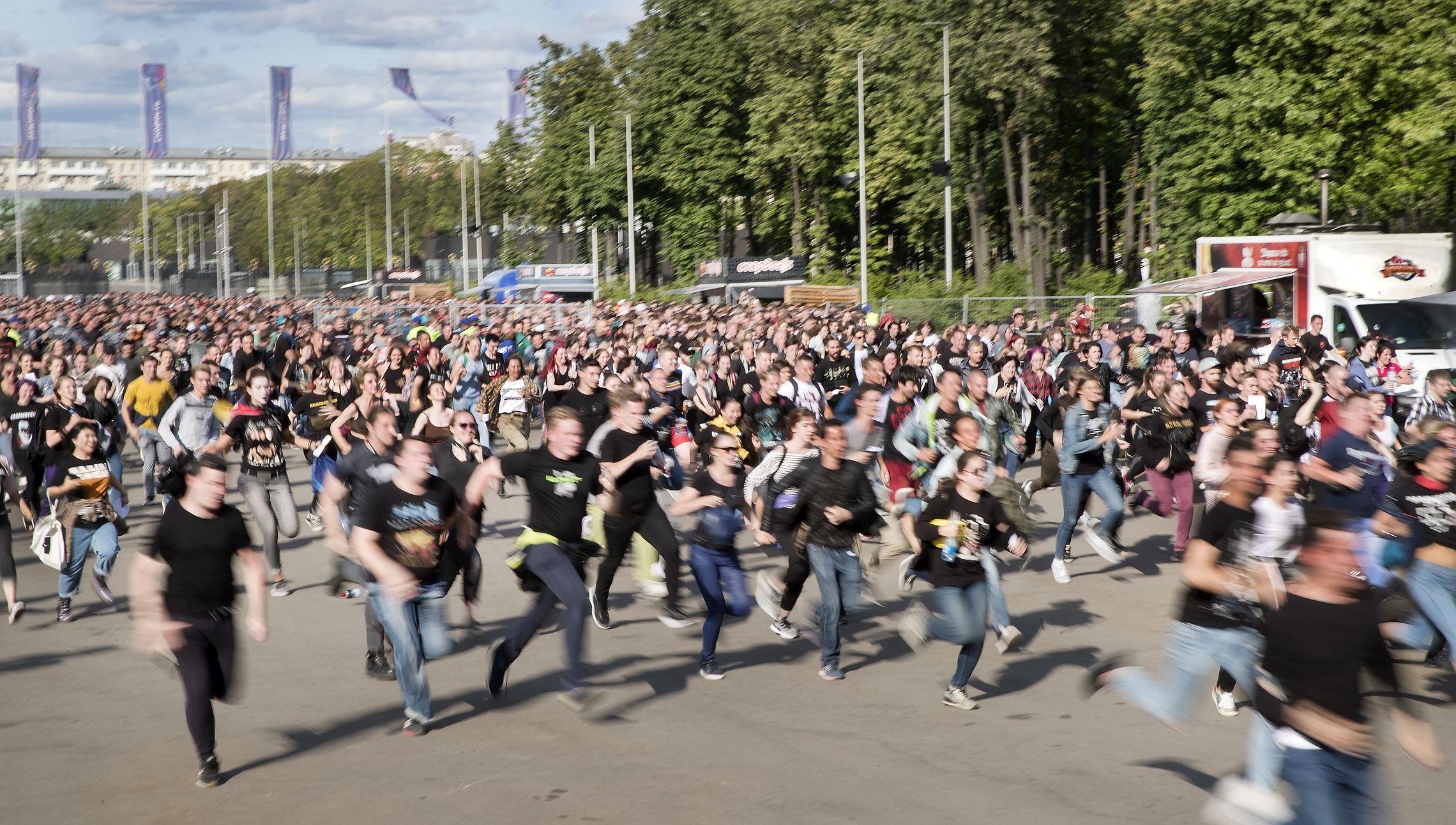 Публика бежит занимать места перед концертом Rammstein в «Лужниках» в 2019 году. Фото: Елена Бледных/TCI