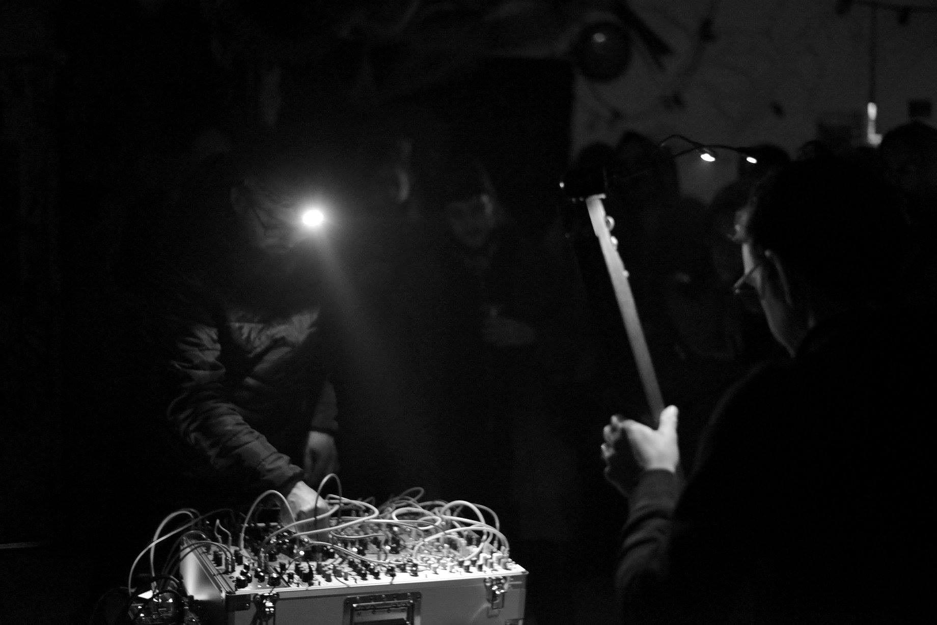 Швейцарский экспериментальный дуэт Llama/OLO и электронщик Кристиан Мюллер, участник программы творческих резиденций, проходящих при поддержке Про Гельвеции, выступят в нескольких городах России в конце сентября