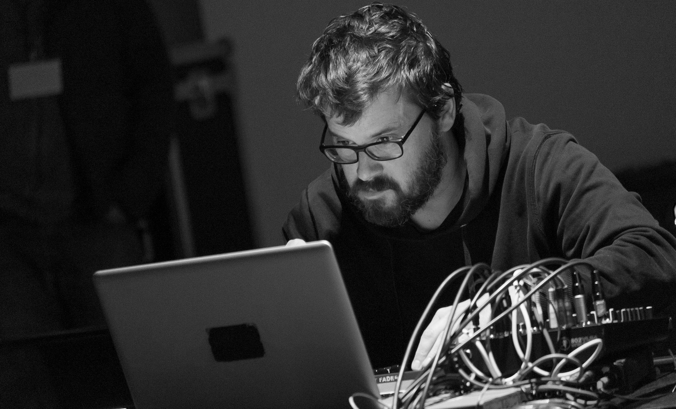 Саунд-художник и электронный музыкант Гауденц Бадрутт выступает на VII фестивале экспериментальной музыки Sound Around в Калининграде в 2017 году. Фото: Артем Килькин / Предоставлено Про Гельвецией