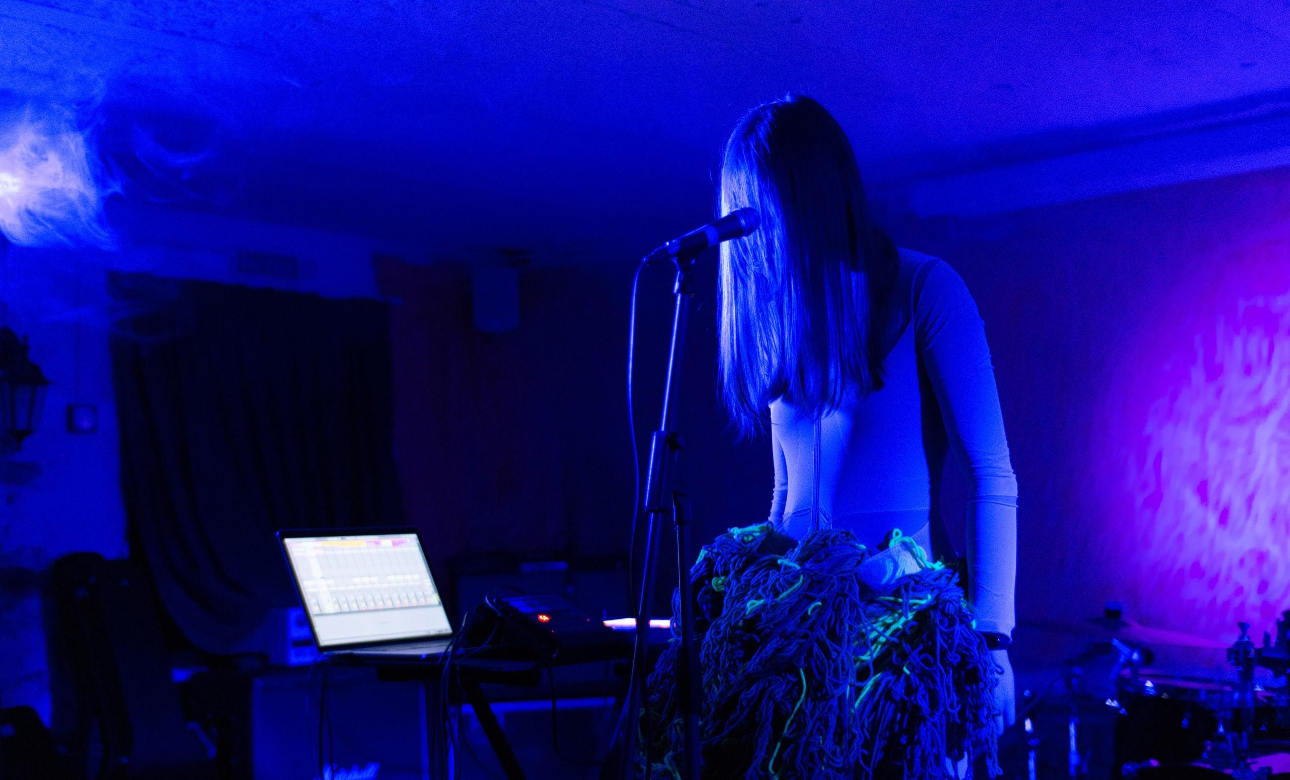 Выступление Kira Lao в клубе «Парадная». Фото: @paradnaya_samara
